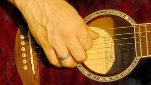 Gitarre: Spielen fördert Gehirnentwicklung. Bild: pixelio.de/Holger Schué