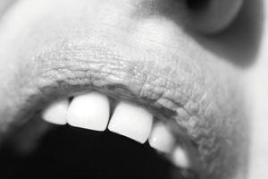 Offener Mund: Mächtige Menschen hört man. Bild: pixelio.de, Maren Beßler