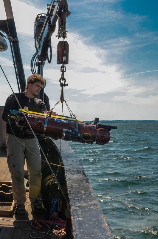 Test in der Ostsee: Projektleiter Marc Hildebrandt sorgt für den sicheren Start ins Meer. Quelle: Foto: DFKI GmbH (idw)