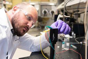 Dylan T. Christiansen bei der Prüfung im Labor.