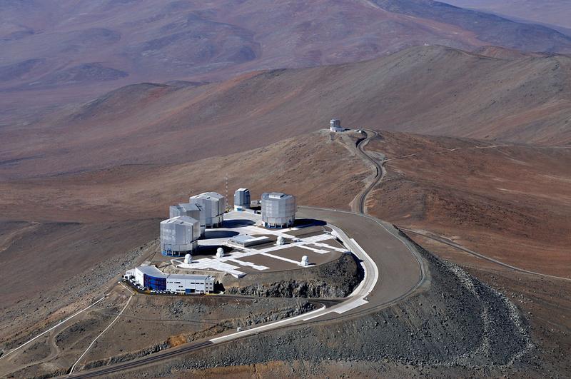 Mit Hilfe von Teleskopen der Europäischen Südsternwarte ESO konnte Claudia Paladini von der Universität Wien bestätigen, dass der kohlenstoffreiche Rote Riese von einzelnen Wolken aus rußähnlichem Material umgeben ist. Quelle: Copyright: ESO (idw)