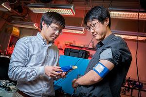 Renkun Chen (links) und Sahngki Hongbeim im Labor.