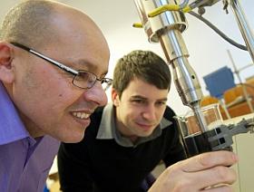 Smart Paint: Mohamed Saafi und Assistent im Labor. Bild: strath.ac.uk