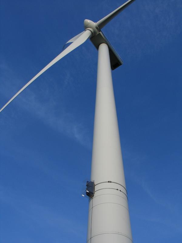 Die Sensoren werden am Windmast befestigt. Die Warnleuchten blinken nur, wenn das Radarsystem ein Fl Quelle: © Fraunhofer FHR (idw)
