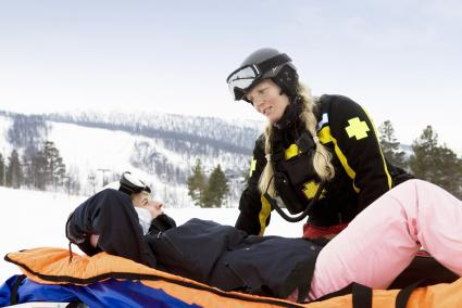 """Unfall im Winterurlaub - die Notrufnummer 112 gilt länderübergreifend. Bild: """"obs/Süddeutsche Krankenversicherung/Corbis"""""""